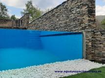 Vidrio en piscina desbordante